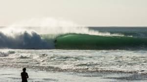 garut-widiarta-surfing-padang-padang-in-bali-indonesia-photographed-by-scotty-hammonds-1-667x445